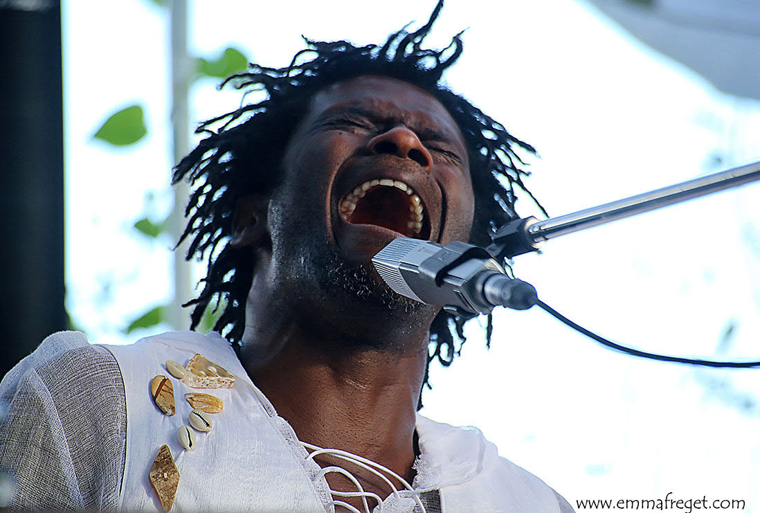 1.-Emmanuel-Djob-sur-scène-en-blouse-blanche