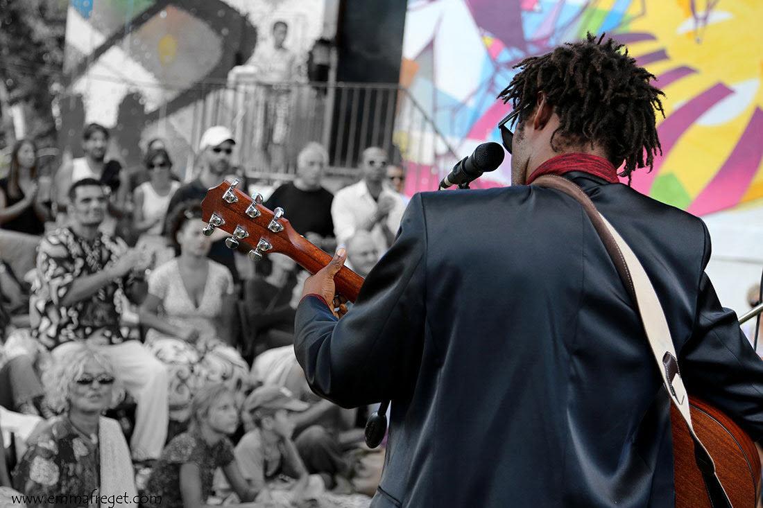 3.-Emmanuel-Djob-sur-scène-avec-sa-guitare-et-de-dos