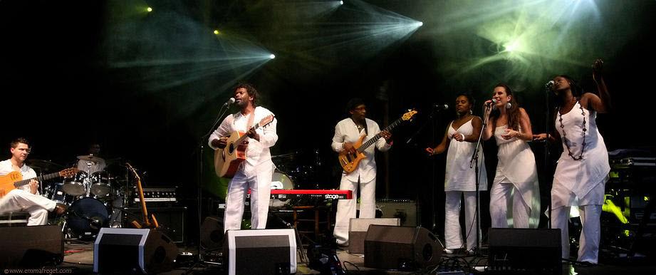 5.-Emmanuel-Djob-sur-scène-avec-sa-guitare-et-ses-choristes